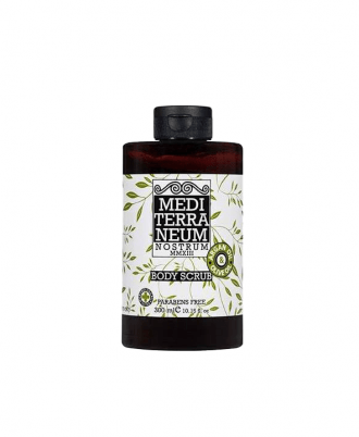 Thanks to its olive-stone grains, it removes dead skin cells while the organic oils protect the skin from irritation.
